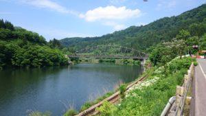只見川。鏡のように緑を映していてきれいな景色!