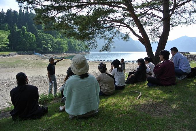 沼沢湖畔でマタギの昭雄さんの話を聞きました
